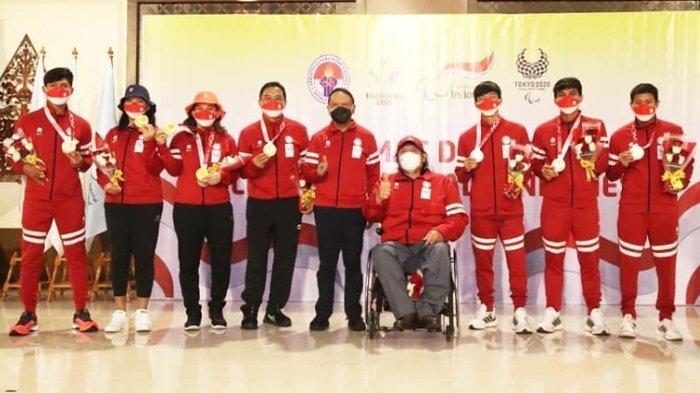 Menpora Zainudin Amali (tengah) bersama Ketua National Paralympic Committee (NPC) Indonesia Senny Marbun (keempat kanan) berfoto bersama para peraih medali saat penyambutan kedatangan kontingen Paralimpiade Indonesia di Bandara Internasional Soekarno Hatta, Tangerang, Banten, Selasa (7/9/2021). Kontingen Indonesia berhasil membawa pulang sembilan medali pada Paralimpiade Tokyo 2020.