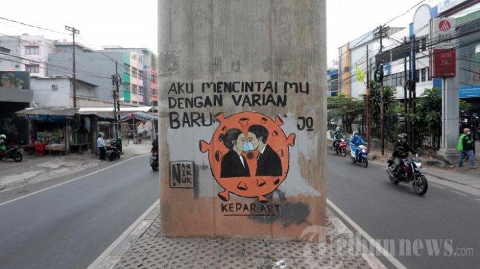 Warga melintas di depan mural sosialisasi bahaya COVID-19 di Jakarta, Rabu (21/7/2021). Pemerintah kembali mengganti istilah Pemberlakuan Pembatasan Kegiatan Masyarakat (PPKM) Darurat. Pembatasan di Pulau Jawa dan Bali kini bernama PPKM Level 4. Istilah baru itu tertuang dalam judul Instruksi Menteri Dalam Negeri (Inmendagri) Nomor 22 Tahun 2021.