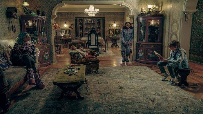Krysten Ritter, Lidya Jewett dan Winslow Fegley dalam film 'Nightbooks'