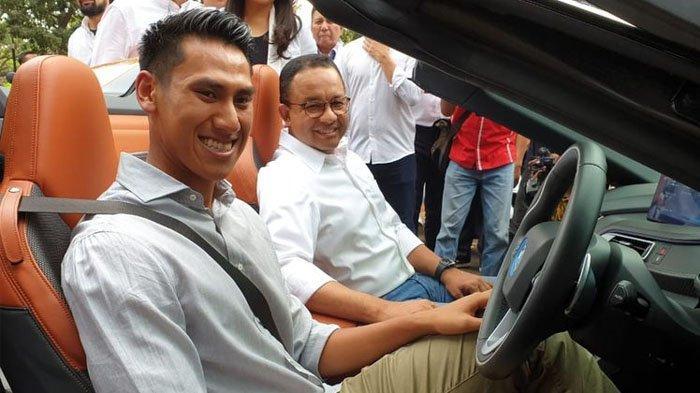 Pebalap nasional, Sean Gelael menyupiri Gubernur DKI Jakarta, Anies Baswedan dalam konvoi kendaraan listrik jelang acara pengumuman resmi Jakarta sebagai tuan rumah Formula E, di Monas, Jumat (20/9/2019).(Tim Jagonya Ayam)