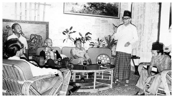 Bung Hatta (berdiri) ketika menjelaskan lagi pendapatnya tentang saat-saat menjelang Proklamasi Kemerdekaan di rumah bekas penculiknya, Singgih (baju batik hitam) Jumat siang kemarin. Tampak dari kiri kekanan: GPH Djatikusumo, D. Matullesy SH, Singgih, Mayjen (Purn) Sungkono, Bung Hatta, dan bekas tamtama PETA Hamdhani, yang membantu Singgih dalam penculikan Soekarno Hatta ke Rengasdengklok. (Kompas/JB Suratno)