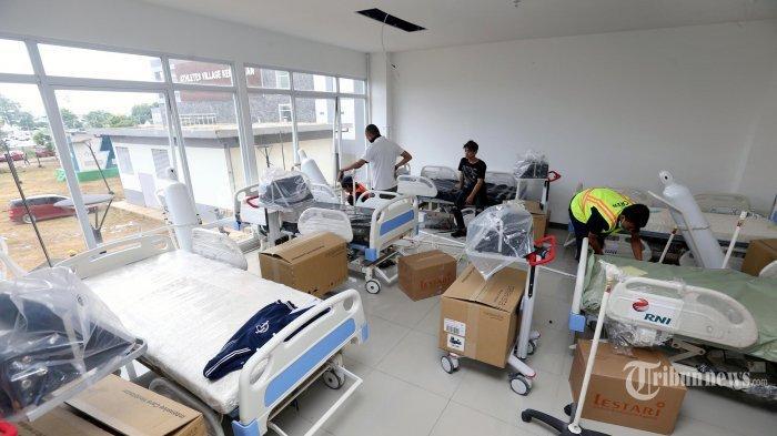 Para pekerja menyiapkan peralatan di Ruang ICU di Tower 7 Wisma Atlet yang menjadi Rumah Sakit Darurat Penanganan Covid-19, di Kemayoran, Jakarta Pusat, Minggu (22/3/2020). Ruangan di tower 7 lantai 1, 2, dan 3 Wisma Atlet dimodifikasi menjadi ruang ICU, radiologi, hingga farmasi. Rumah sakit ini siap dioperasikan pada Senin (23/3).