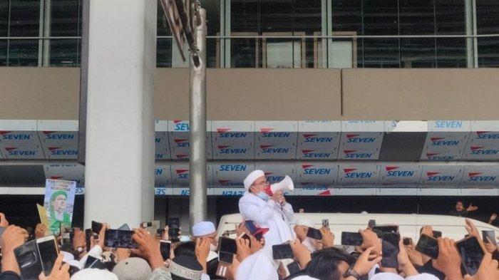 pimpinan-front-pembela-islam-fpi-rizieq-shihab-tiba-di-indonesia.jpg