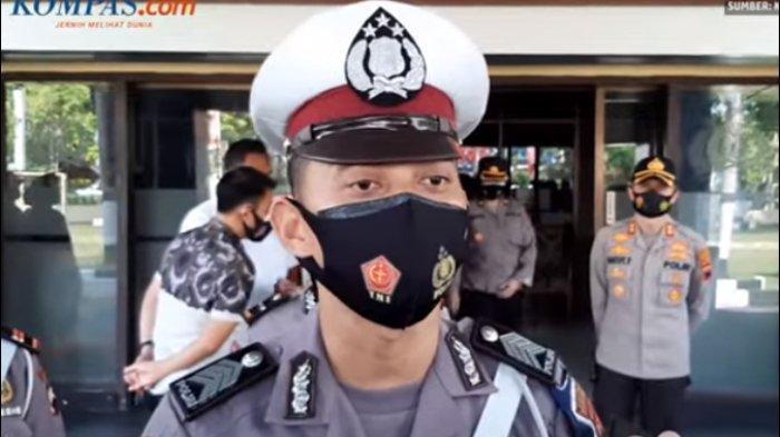 polisi-bantu-pedagang-koran3.jpg