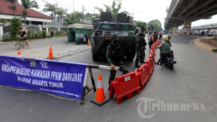 Petugas gabungan dari TNI dan Polri menjaga perbatasan Bekasi dan Jakarta Timur saat pelaksanaan Pemberlakuan Pembatasan Kegiatan Masyarakat (PPKM) Darurat, di Jalan Kalimalang, Pondok Kelapa, Jakarta Timur, Senin (5/7/2021). Petugas yang menjaga kawasan itu dengan kendaraan lapis baja jenis panser dan kendaraan taktis Barracuda meminta pengendara putar arah kembali ke wilayahnya saat pelaksanaan PPKM Darurat.