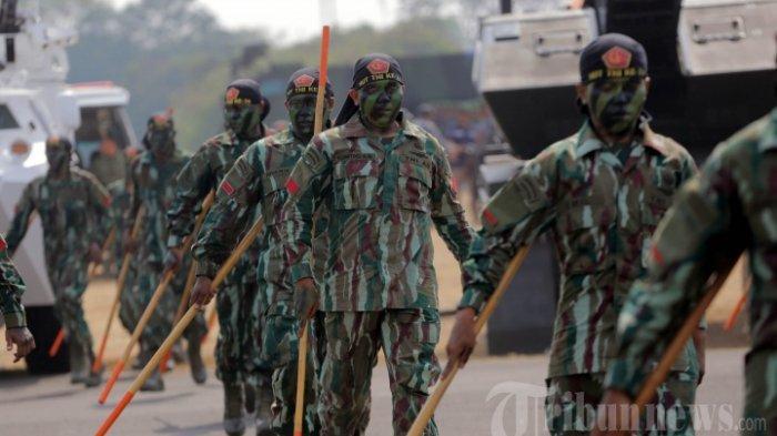 prajurit-tentara-nasional-indonesia-tni-tengah-melakukan-gladi-resik-hut-tni-ke-74.jpg