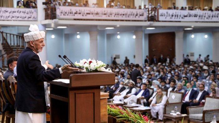 Sebuah foto yang dirilis oleh Kantor Pers Presiden Afghanistan, 7 Agustus 2020 memperlihatkan Presiden Afghanistan Ashraf Ghani (kiri) berbicara pada hari pertama pertemuan akbar Loya Jirga di Aula Loya Jirga di Kabul.