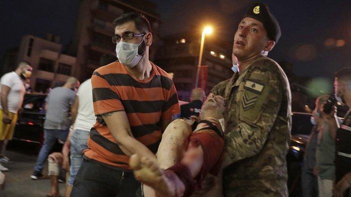 pria-lebanon-dan-seorang-tentara-sedang-membopong-korban.jpg