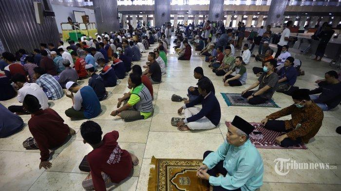 Ilustrasi jemaah di masjid
