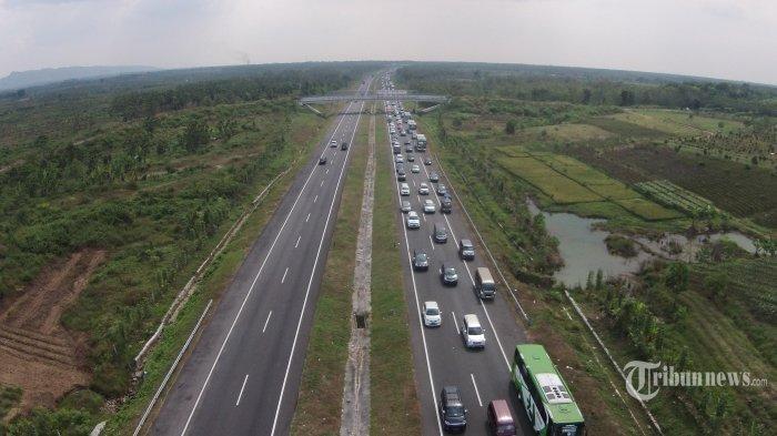 sejumlah-kendaraan-pemudik-antrean-panjang-saat-memasuki-jalan-tol-cipali.jpg