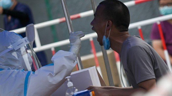 Seorang pria di Beijing menjalani tes swab, Rabu (1/7/2020). Hasil studi para peneliti Harvard menyatakan bahwa strain virus corona di Beijing mungkin berasal dari Asia Tenggara.