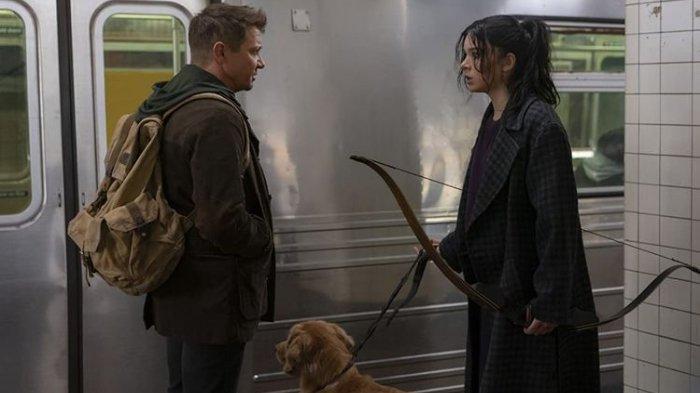 Aktor Jeremy Renner sebagai Clint Barton atau Hawkeye bersama Hailee Steinfeld sebagai Kate Bishop dalam serial Hawkeye yang akan ditayangkan di Disney+.
