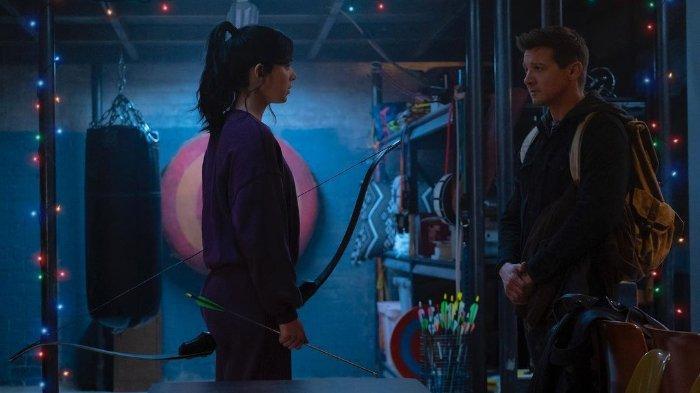 Aktor Jeremy Renner (kanan) sebagai Clint Barton atau Hawkeye bersama Hailee Steinfeld sebagai Kate Bishop dalam serial Hawkeye yang akan ditayangkan di Disney+.