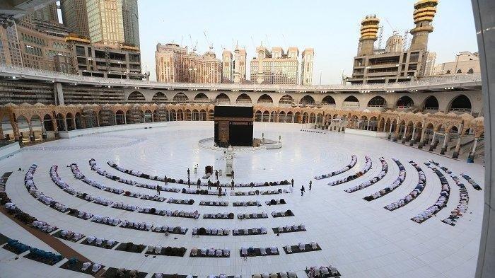 suasana-saat-seratusan-jamaah-berkumpul-di-depan-kabah-masjidil-haram.jpg