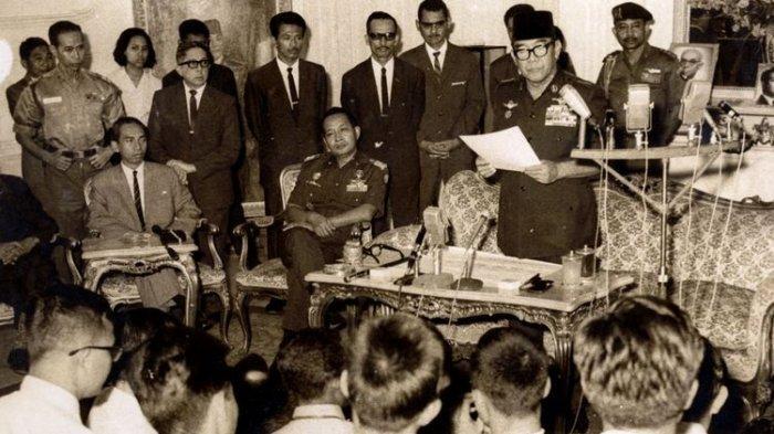 Berdasar Tap MPRS No XIII/1966, Presiden Soekarno menugaskan Letjen Soeharto selaku Pengemban Tap MPR No IX/1966 untuk pembentukan Kabinet Ampera. Letjen Soeharto menjadi Ketua Presidium kabinet tersebut. Bung Karno sedang mengumumkan susunan kabinet tersebut pada tanggal 25 Juli 1966. Letjen Soeharto dan Adam Malik duduk mendengarkan. (IPPHOS - Dok. KOMPAS)
