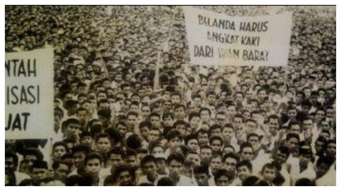 Massa di Alun-alun Yogyakarta ketika Soekarno berorasi mengeluarkan Trikora