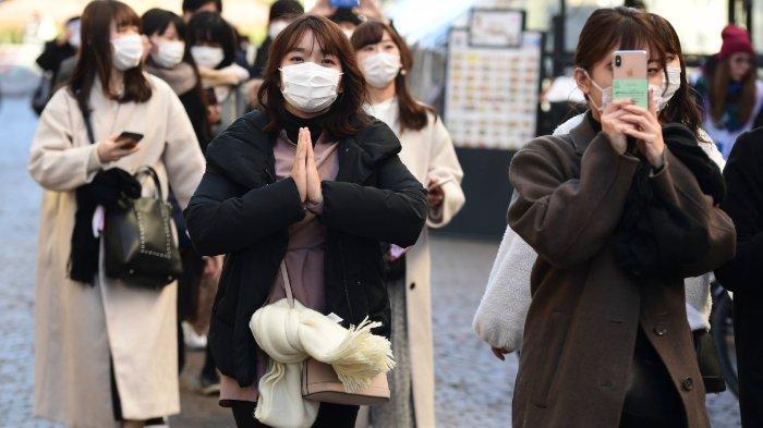 turis-yang-memakai-masker-pelindung-pada-28-februari-2020-di-pusat-milan.jpg