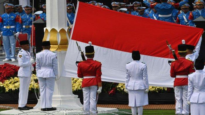 Pasukan Pengibar Bendera Pusaka (Paskibraka) membentangkan bendera saat Upacara Peringatan Detik-Detik Proklamasi 1945 di Istana Merdeka, Jakarta, Sabtu (17/8/2019). Peringatan HUT RI tersebut mengangkat tema SDM Unggul Indonesia Maju.