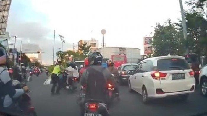 viral-polisi-dorong-motor.jpg