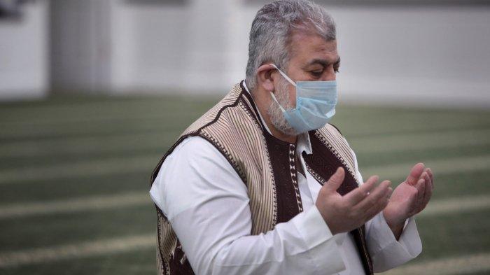 warga-beribadah-saat-ramadan-di-tengah-pandemi-covid-19.jpg