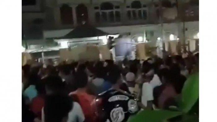 warga-demo-minta-masjid-tetap-buka-selama-pandemi.jpg