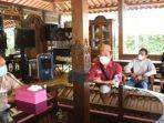 Gubernur-Gorontalo-Rusli-Habibie-saat-bertemu-dengan-Fajar-Sidik-Napu.jpg
