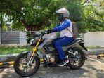 Pengendara Wajib Tahu, Begini Cara Aman Membawa Barang di Sepeda Motor