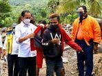 Jokowi-memberikan-jaketnya-kepada-pemuda-korban-bencana-alam-di-NTT.jpg