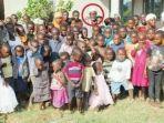 Misheck-Nyandoro-bersama-dengan-seluruh-istri-dan-ratusan-anaknya.jpg