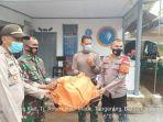 Petugas-Polsek-Pakuhaji-Kabupaten-Tangerang-mengevakuasi-potongan-tubuh.jpg
