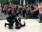 Tangkapan-layar-video-viral-diduga-mahasiswa-dibanting-polisi.jpg