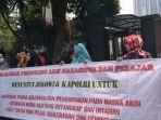 Emak-emak Gelar Aksi Demo, Tuntut Jokowi Bebaskan Mahasiswa dan Pelajar yang Ditahan di Polda