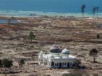 foto-masjid-rahmatullah-lampuuk-kecamatan-lhoknga-aceh-besar-saat-tsunami.jpg