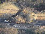 gempa-jepang-februari-2021-tanah-longsor-memblokir-jalan-tol-joban-di-soma.jpg
