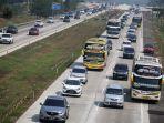 kendaraan-pemudik-dari-arah-jakarta-melewati-jalan-tol-jakarta-cikampek-di-cikampek-jawa-barat.jpg