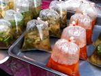 Waspada, Membungkus Makanan Panas dalam Kantong Plastik Bisa Picu Kanker Mematikan bagi Perempuan
