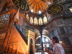 seorang-pengunjung-turki-berdoa-di-depan-apsis-hagia-sophia.jpg