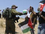 tentara-israel-berbicara-ke-orang-orang-pro-palestina.jpg