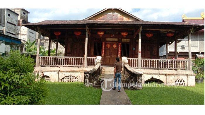 Rumah Kapitan Oei Hi Tam yang berlokasi di pertengahan tiga jalan yakni jalan Sumatera, Jalan Pahlawan, dan jalan Mawar Kota Bagansiapiapi , Rohil , Riau
