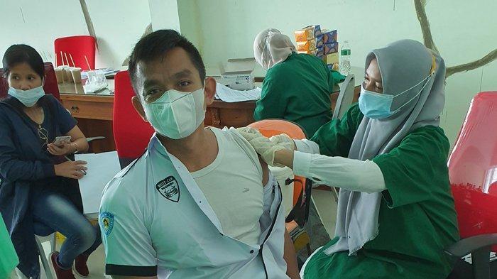White Car Indonesia (WCI) Regional Riau yang merupakan komunitas mobil berkelir putih ikut mendukung program pemerintah sukseskan Vaksinasi Covid-19