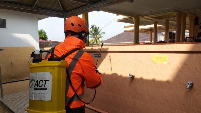 Satu Hari Satu Titik, ACT Riau Gelar Program Semprot Masjid Dengan Disinfektan Cegah Covid-19