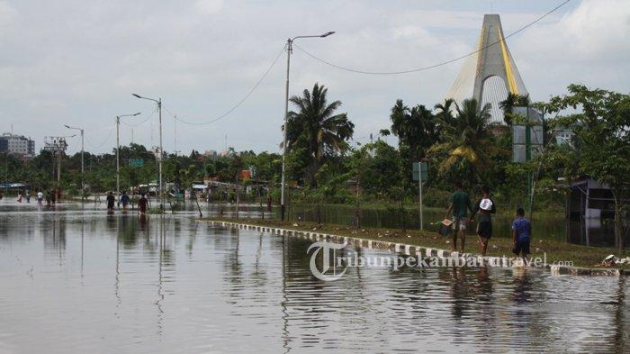 Warga di Lokasi Banjir Jl Sudirman Dekat Jembatan Siak IV Tawarkan Jasa Cari Plat Nomor yang Hilang