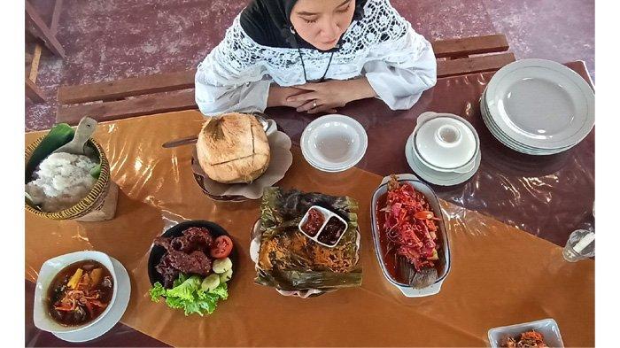 Nikmatnya Sup Ikan Dalam Batok Kelapa Muda di Restoran Ikan Bakar Daun Bumbu Uwo