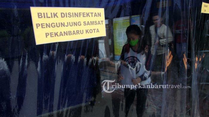 FOTO : Pengunjung Lewati Bilik Disinfektan di Samsat Kota - bilik-disinfektan-samsat1.jpg