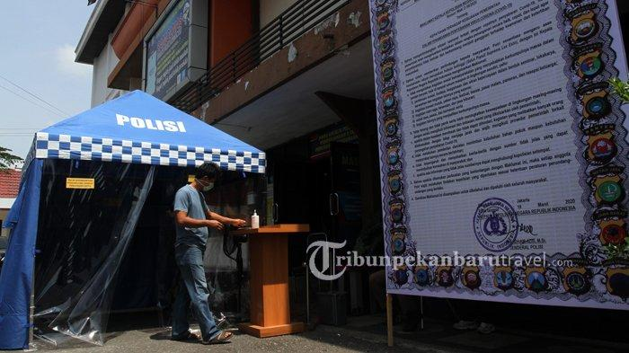 FOTO : Pengunjung Lewati Bilik Disinfektan di Samsat Kota - bilik-disinfektan-samsat2.jpg