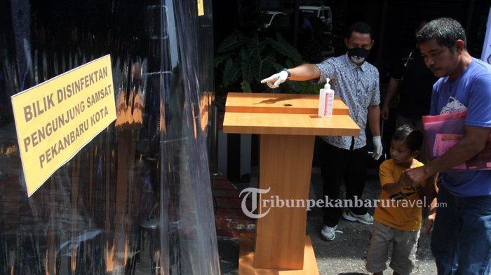 FOTO : Pengunjung Lewati Bilik Disinfektan di Samsat Kota - bilik-disinfektan-samsat3.jpg