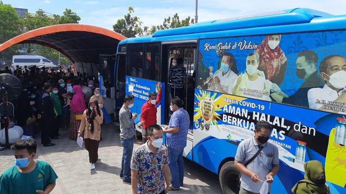 Membludak, Masyarakat Antusias Datangi Bus Vaksinasi Keliling di RSD Madani