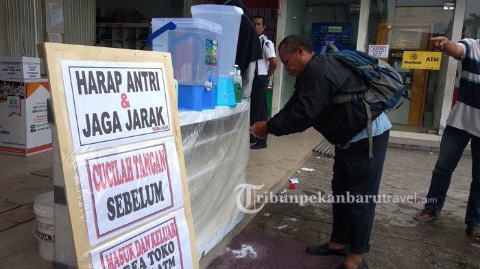 FOTO : Tempat Perbelanjaan di Rumbai Sediakan Air Untuk Cuci Tangan di Depan Pintu Masuk - cuci-tangan-di-tempat-perbelanjaan.jpg
