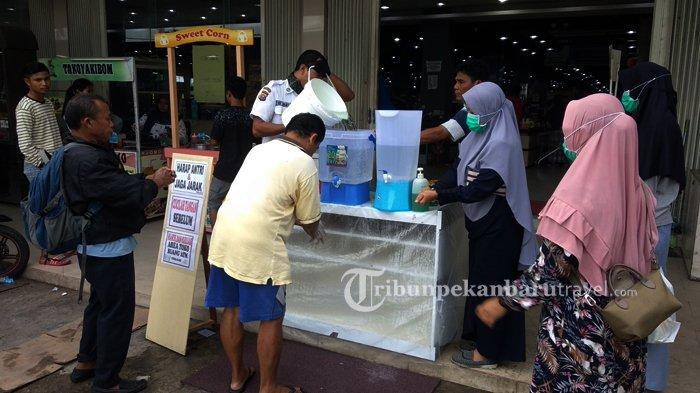 FOTO : Tempat Perbelanjaan di Rumbai Sediakan Air Untuk Cuci Tangan di Depan Pintu Masuk - cuci-tangan-di-tempat-perbelanjaan1.jpg