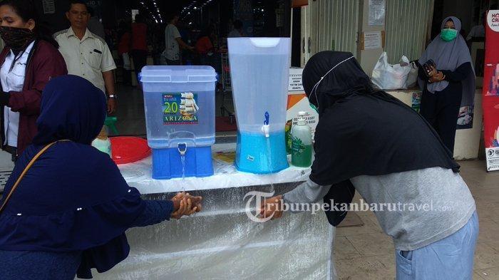 FOTO : Tempat Perbelanjaan di Rumbai Sediakan Air Untuk Cuci Tangan di Depan Pintu Masuk - cuci-tangan-di-tempat-perbelanjaan2.jpg